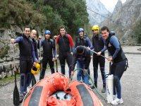 Chicos listos para el rafting por Picos de Europa