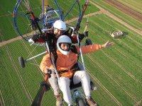 Volando en paramotor biplaza