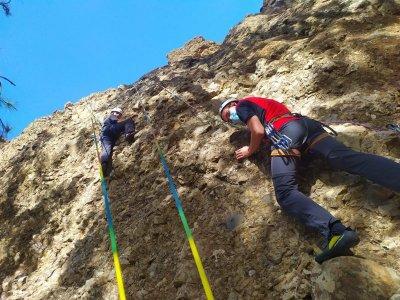 在 Roque Nublo San Bartolomé de Tirajana 攀岩