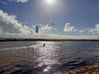 Practicando kite en la costa de Fuerteventura