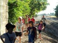 孩子在小区散步瓜