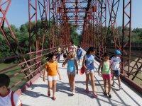 夏季和监控孩子过桥