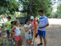 标志瓜积极练习射箭儿童