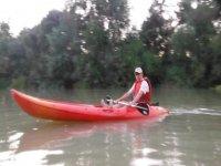 hombre sentado en una canoa roja