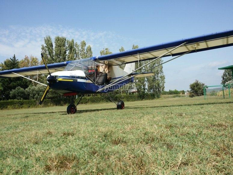 Avioneta en tierra antes del vuelo