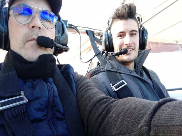 Pilotos en la cabina de la avioneta