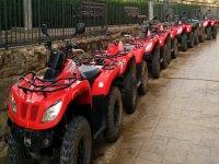 Flota de quads lista para la aventura