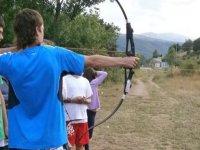 Practica tiro con arco.