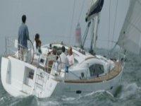 personas disfrutando de un paseo en barco