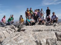 我们的登山组沿着岩石区走