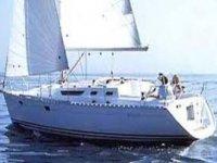velero blanco en el mar