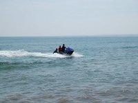男子推水摩托车