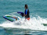 用喷气式滑雪机进入水中