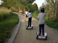 Gruppo di bambini che si arrampicano sul parco in segway