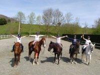 Niños sobre los caballos