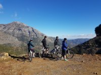 Ciclistas contemplando la serrania