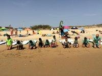 De rodillas calentando en la arena