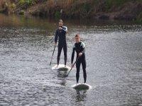 dos chicos navegando en sup
