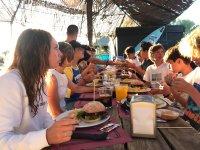 Comiendo juntos al aire libre
