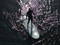 vista aerea de una persona practicando paddle surf