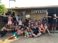海滩营地的学生