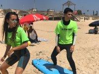 在沙滩上进行冲浪训练