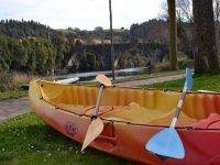 embarcacion de piragua con dos remos