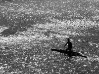 hombre en un pantano navegando en piragua