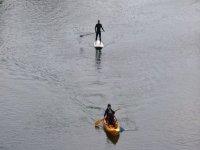 navegando en piragua y en paddle surf