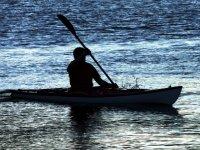 silueta de un hombre navegando en cantabria