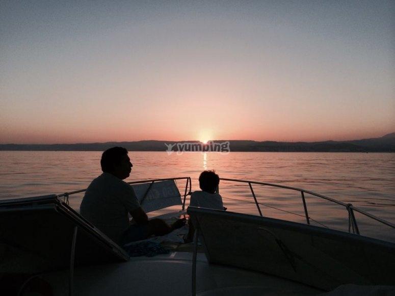 船的船头在日落时