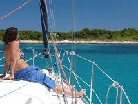 Ammirando il paesaggio dalla barca a Barcellona