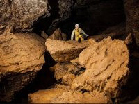 在洞穴的岩石之间攀爬