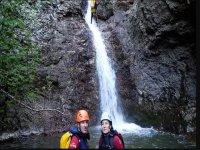 峡谷瀑布中的情侣