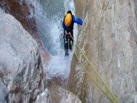 峡谷瀑布中的攀岩