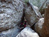 费拉塔在铁索攀岩海边狭窄通道