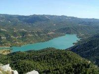 vista de un paisaje natural con un rio entre medias