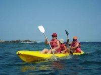 家庭在皮划艇航行穿过地中海