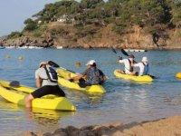 一群朋友攀登一些皮划艇