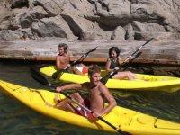 年轻人享受皮划艇航行