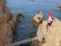 Cables de la ferrata sobre el mar