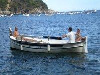 rilassandosi su una barca