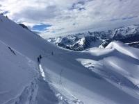 Esquiadores alejandose