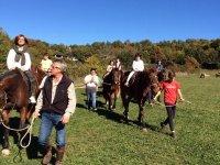 Llevando a los caballos de las riendas