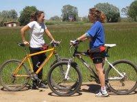 被观察两个女孩搁在他们的自行车