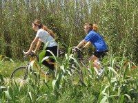 通过自然山地自行车走
