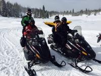 En moto de nieve en pareja