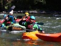 Saludando desde la canoa en el rio