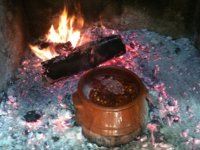 haciendo un cocido en el fuego