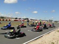 grupo de amigos disfrutando de una carrera de karting.jpg